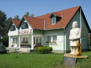 1998-ban épült az új faluház.2001 óta egész alakos szobor díszíti a faluház udvarát, melyet Szűts Tamás készített.